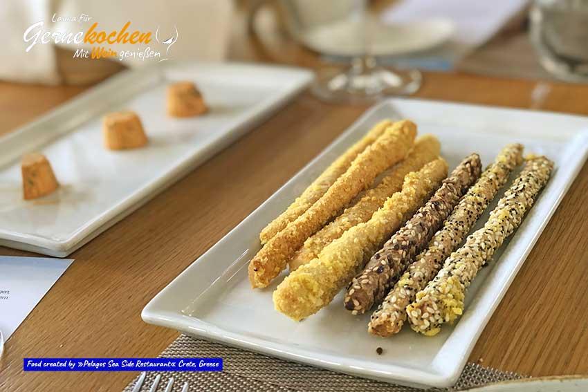 Verschiedene Brotsorten mit knusprigen Brotstangen, Gerstenbrot und mediterranen aromatischen Kräutern