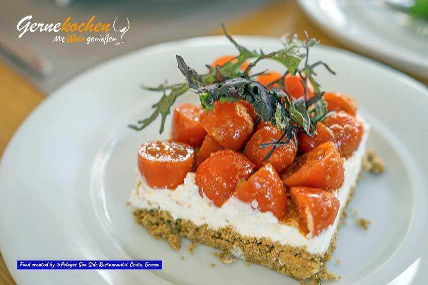 """Dakos """"Pelagos"""", mit Baby-Tomaten mariniert in Kapernpesto, verschiedene kretische Käsesorten in einer knusprigen doppelt gebackenen Gerstenbrotmischung"""