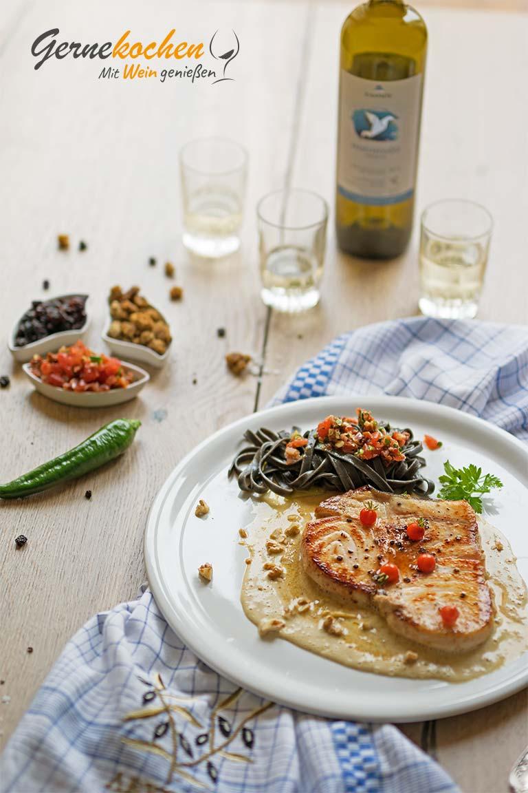 Schwertfischsteak auf Maulbeeren-Walnuss-Sauce. Gernekochen - Mit Wein genießen.
