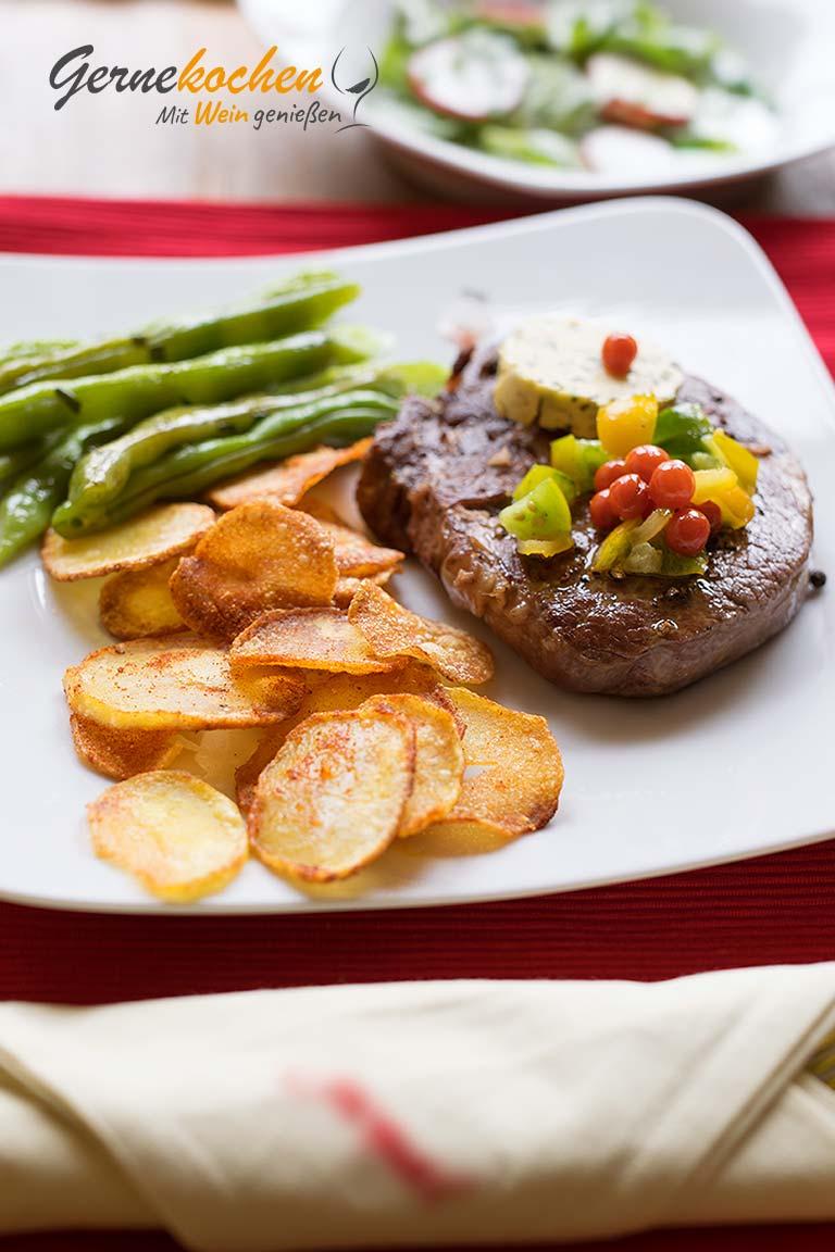 Ribeye-Steaks vom Grill. Gernekochen mit Wein genießen