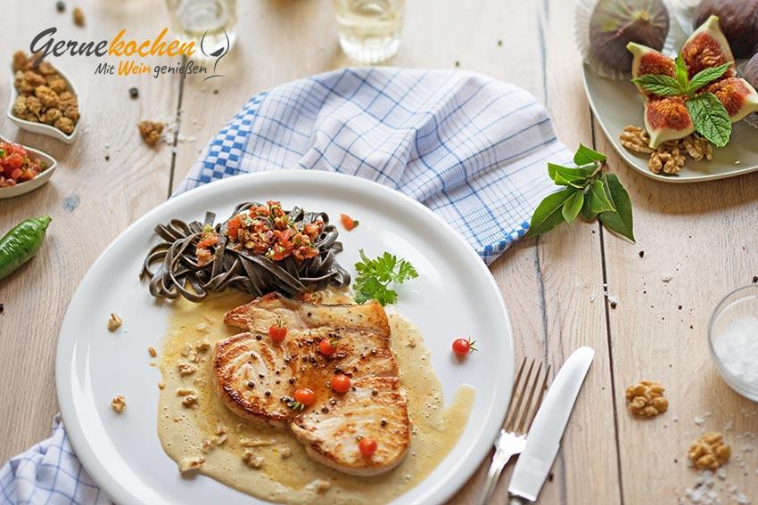 Schwertfischsteak auf Maulbeeren-Walnuss-Sauce. Gernekochen - Mit Wein genießen