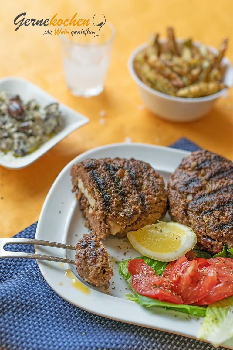Bifteki vom Grill. Original Bifteki rezept mit Feta