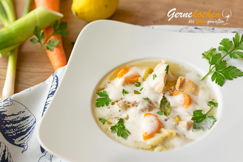 Griechische Hühnersuppe mit Ei-Zitronen-Schaum. Kotosoupa avgolemono