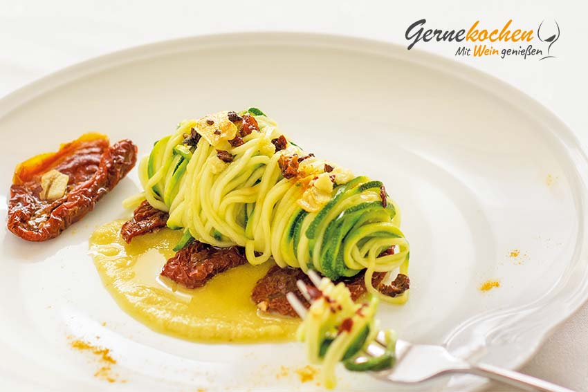 Gernekochen - Mit Wein genießen: Vegane Zucchini-Spaghetti mit Mandelsmus