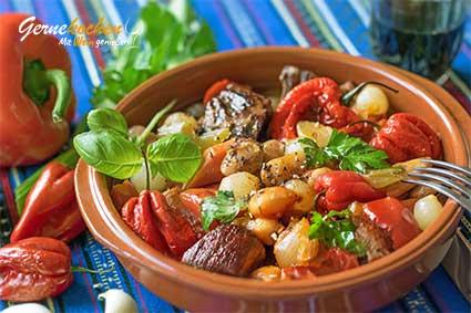 Kalbfleisch-Stifado mit Paprikaschmorgemüse aus dem Slow Cooker Rezept