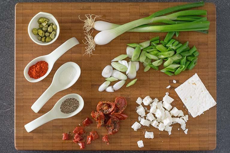 Mediterrane Rouladen mit Frühlingszwiebeln und Feta – Zubereitungsschritt 1