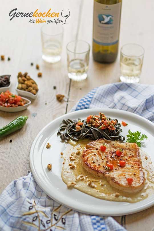Schwertfischsteak auf Maulbeer-Walnuss-Sauce. Gernekochen - Mit Wein genießen.