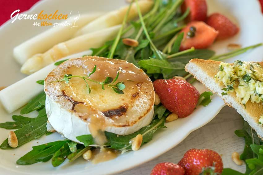 Gegrillter Ziegenkäse mit Rhabarber-Chutney auf Erdbeer-Rucola-Salat