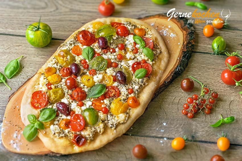 Flammkuchen mit Feta und Tomaten. Gernekochen - Mit Wein genießen