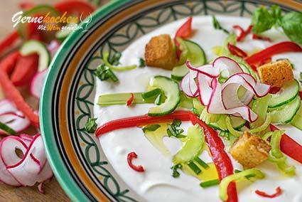 Kalte Gemüsesuppe mit griechischem Joghurt