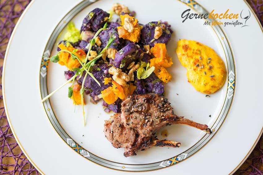 Lammkoteletts vom Grill, mit Lavendel und Knoblauch in Weißwein mariniert