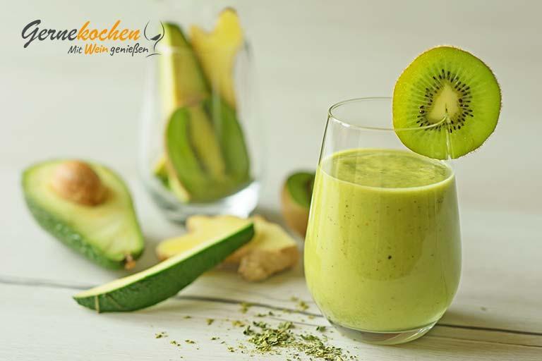 Avocado-Kiwi-Smoothie mit Ingwer und Kokoswasser