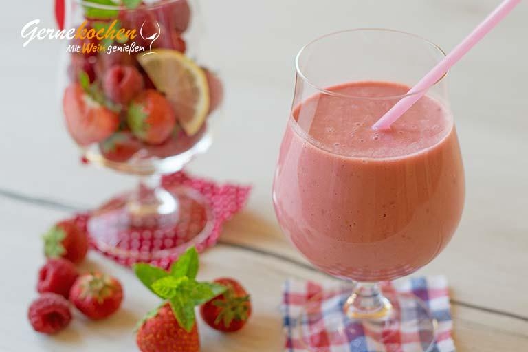Erdbeer-Himbeer-Vanille-Smoothie mit griechischem Joghurt