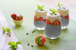 Food-Fotografie: Chiasamenpudding mit frischen Erdbeeren
