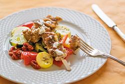 Food-Fotografie: Hähnchen-Kebab mit buntem Sommergemüse