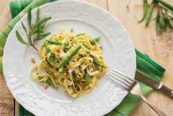 Food-Fotografie: Tagliatelle mit Kräuter-Pesto und grünen Bohnen