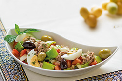 Food-Fotografie: Tunesischer Salat mit Thunfisch und Ei